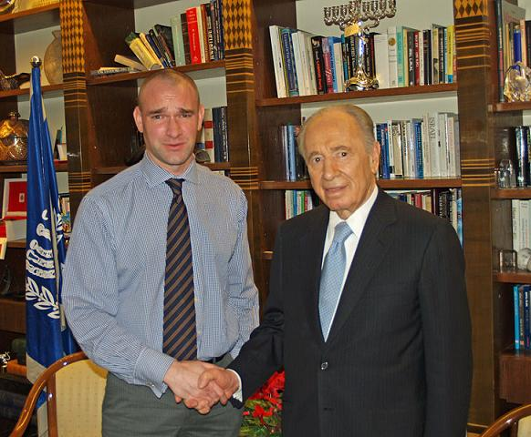 Wikipedia´s David Shankbone (Miller) with Israeli war criminal Shimon Peres